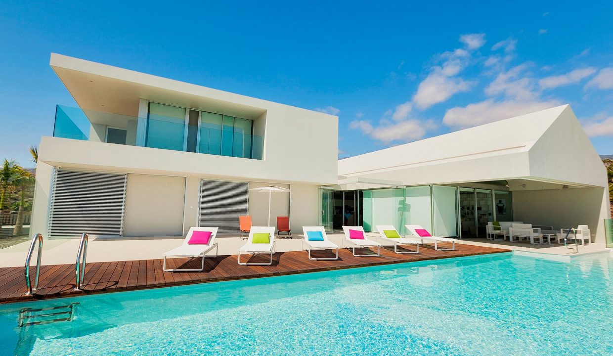 POOL WITH COLOURED LOUNGRS